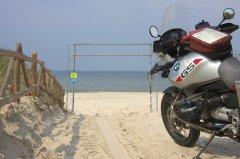 Motorrad_am_Strand.jpg